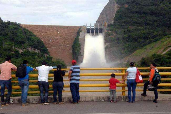 (VIDEO) Turismo ilegal en la represa Topocoro