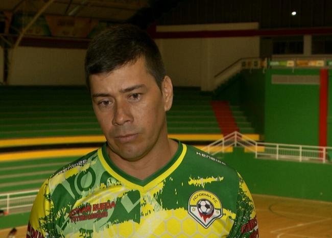 Exparamilitar ahora es director técnico de niñas futbolistas en Santander