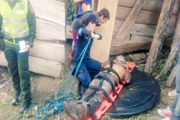 (Video) Un hombre cayó a un hueco lleno de serpientes y logró sobrevivir