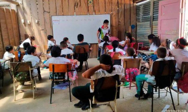 En salones construidos con tablas y latas estudian niños de la Vizcaína